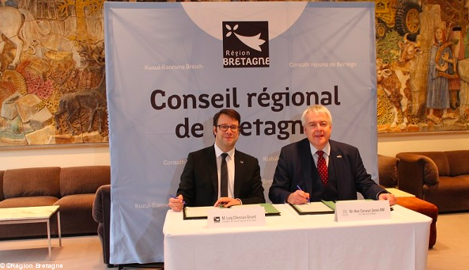 Signature du protocole d'accord - Loïg Chesnais-Girard et Carwyn Jones